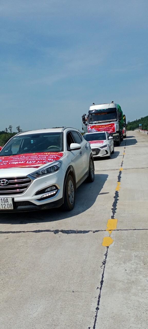 Đoàn thiện nguyện Công ty mỹ phẩm Gia Hân và bà con tỉnh Phú Thọ vượt trên đỉnh lũ để đến với đồng bào Miền Trung - Ảnh 2