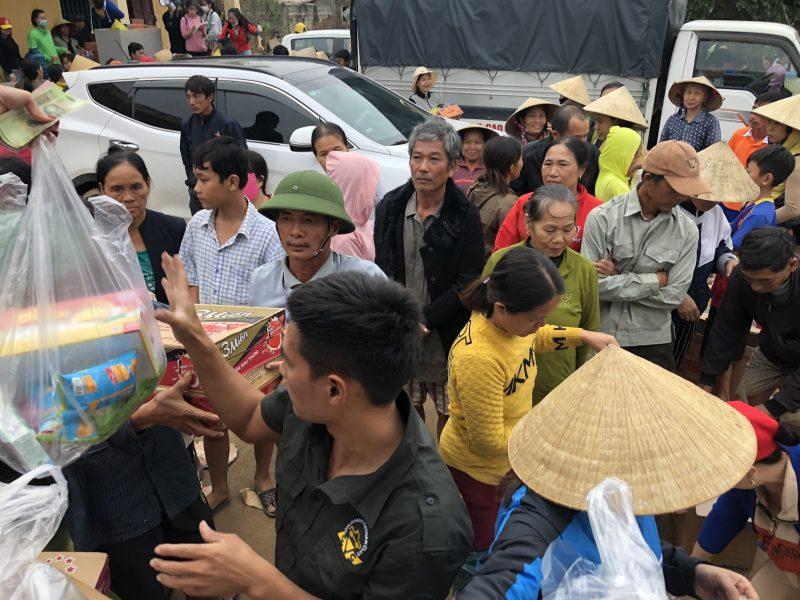 Đoàn thiện nguyện Công ty mỹ phẩm Gia Hân và bà con tỉnh Phú Thọ vượt trên đỉnh lũ để đến với đồng bào Miền Trung - Ảnh 5