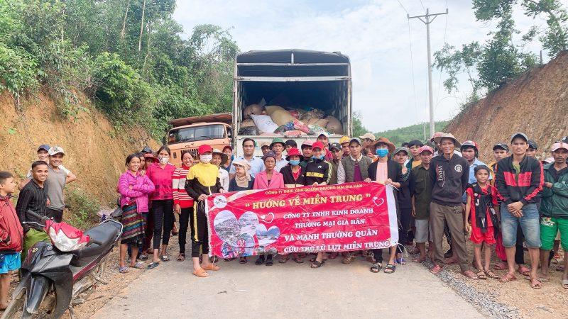 Đoàn thiện nguyện Công ty mỹ phẩm Gia Hân và bà con tỉnh Phú Thọ vượt trên đỉnh lũ để đến với đồng bào Miền Trung - Ảnh 1